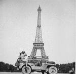 Members of the US Army's 4th Infantry Division sightseeing in Paris, France, Aug 25, 1944