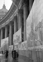 Civilians browsing Soviet propaganda, Kazan Cathedral, Leningrad, Russia, 9 Oct 1941, photo 2 of 2